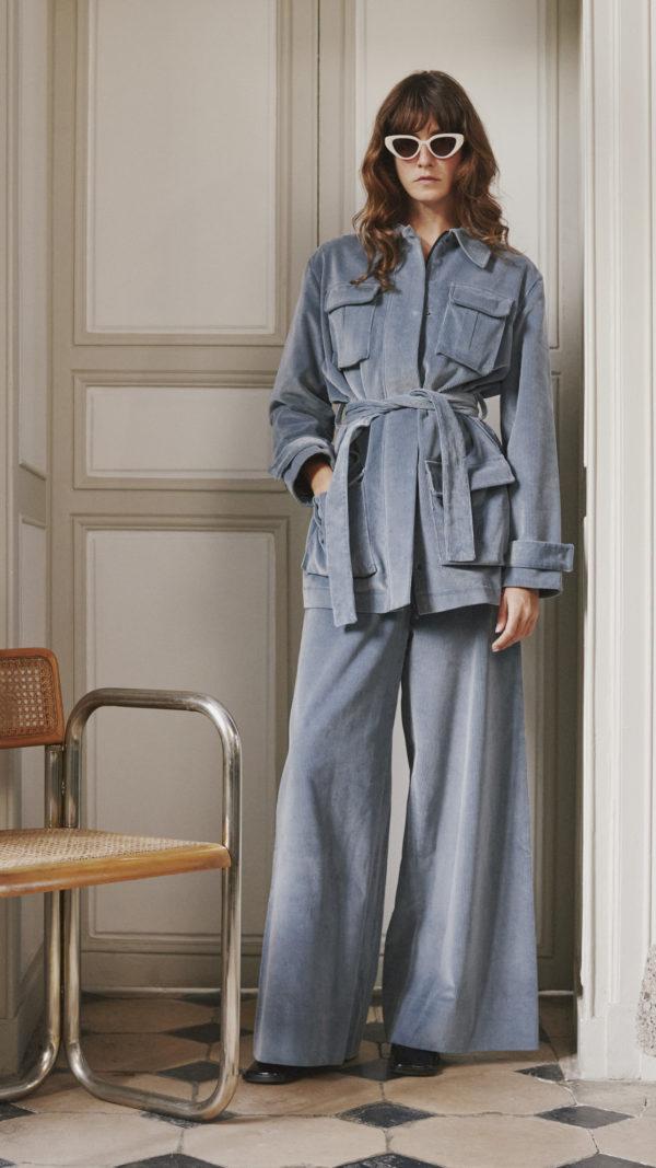 DADA-Diane-Ducasse-AH21-costume-saharienne-pantalon-velours-bleu-gris