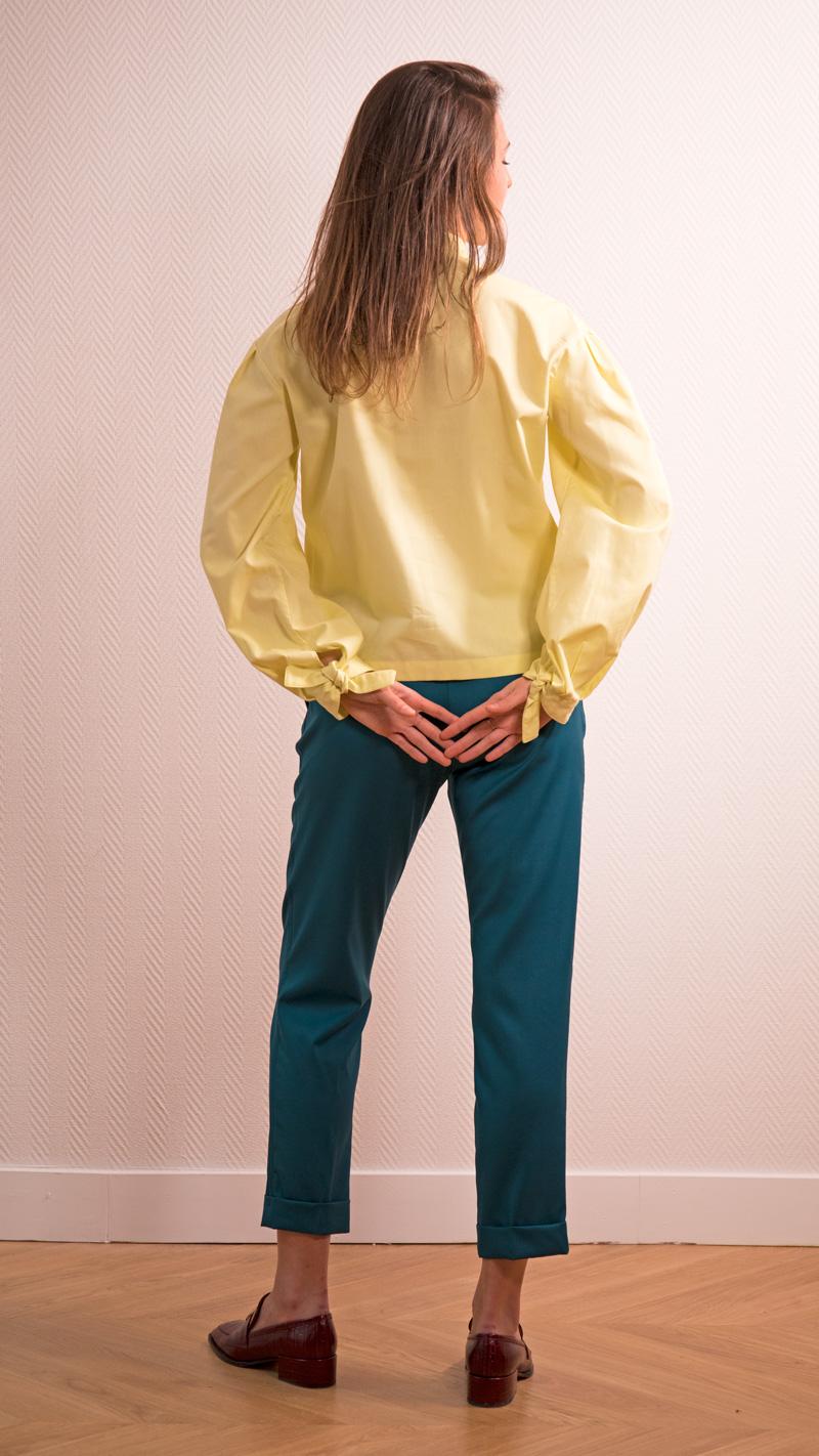 DADA-DIANE-DUCASSE-blouse-bandana-coton-jaune-pantalon-slim-elastique-flanelle-bleu-petrole-dos